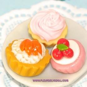 3 LITTLE CAKES & CUPCAKE MINIATURE LATI YELLOW BARBIE FASHION ROYALTY BLYTHE PULLIP DIORAMAS 1:12