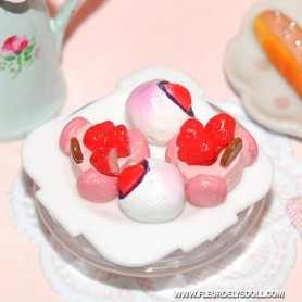 4 LITTLE CAKES ON A PLATE MINIATURE LATI YELLOW BARBIE FASHION ROYALTY BLYTHE PULLIP DIORAMAS 1:12