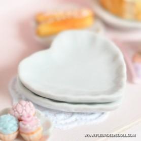 HEART WHITE CERAMIC PLATE DISH 3 CM MINIATURE LATI YELLOW BARBIE FASHION ROYALTY BLYTHE PULLIP SYBARITE DOLLHOUSE DIORAMA 1:6