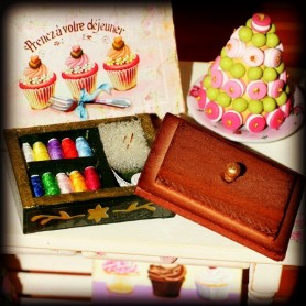 SEWING COUTURE BOX WITH RIBBONS MINIATURE BARBIE FASHION ROYALTY BJD BLYTHE PULLIP LATI YELLOW PUKIFEE DOLLHOUSE DIORAMA