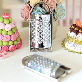 METAL KITCHEN GRATER USTENSIL MINIATURE BARBIE FASHION ROYALTY BJD BLYTHE PULLIP LATI YELLOW PUKIFEE DOLLHOUSE DIORAMA